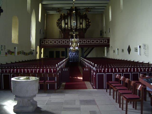 Blick ins Kirchenschiff der Kirche Arle