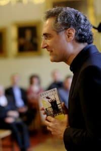 Matthias Kirschnereit mit dem Vorflyer der Gezeitenkonzerte, Foto: Karlheinz Krämer