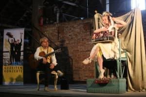 """Erlebnistag mit """"Mensch, Puppe!"""" - Jeannette Luft (Schauspiell) und Ralf Winkelmann (Gitarre), Foto: Karlheinz Krämer"""