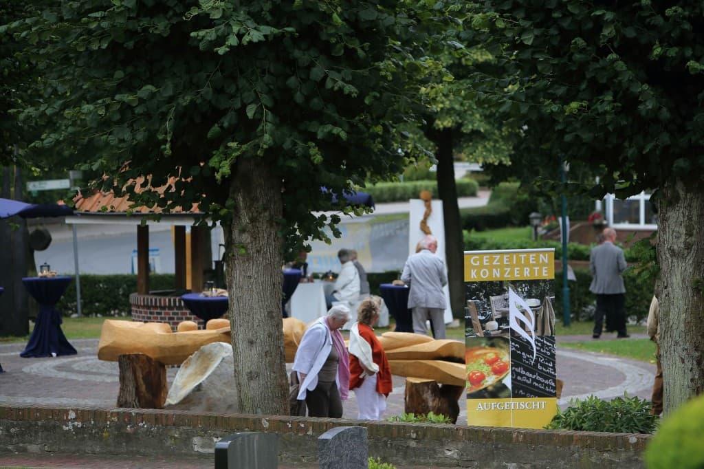 Der neu gestaltete Dorfplatz unterhalb der Kirche zu Horsten bot zwischen den Skulpturen Platz fürs Catering beim Gezeitenkonzert 2013, Foto: Karlheinz Krämer