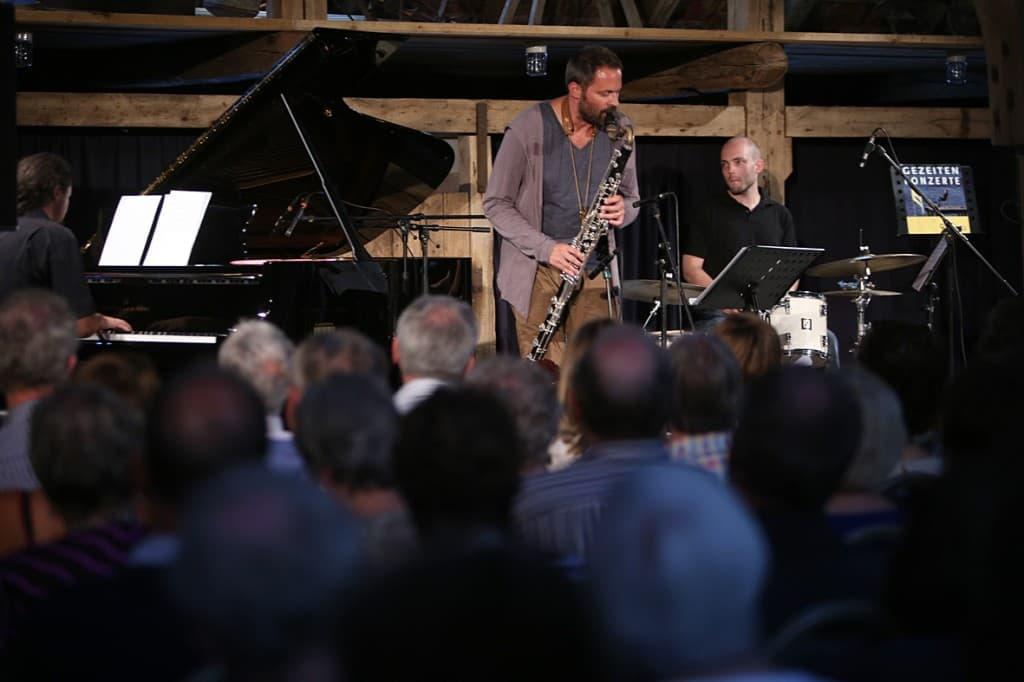 Ulrich Drechsler Trio (v.l.n.r.: Michael Tiefenbacher, Ulrich Drechsler, Reinhold Schmölzer), Foto: Karlheinz Krämer