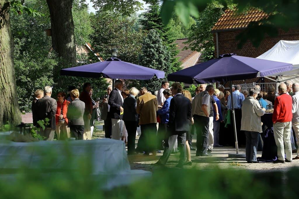 In der Konzertpause entspannen sich die Besucher bei angeregten Gesprächen und kleinen Leckereien und Getränken bei Haase Catering, Foto: Karlheinz Krämer