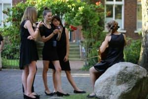 Junge Musikerinnen vom Haydn Jeugd Strijkorkest vor dem Gezeitenkonzert in Weener, Foto: Karlheinz Krämer