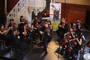 Ingolf Turban und die Academy of Taiwan Strings beim Gezeitenkonzert in der Großen Kirche Leer, Foto: Karlheinz Krämer