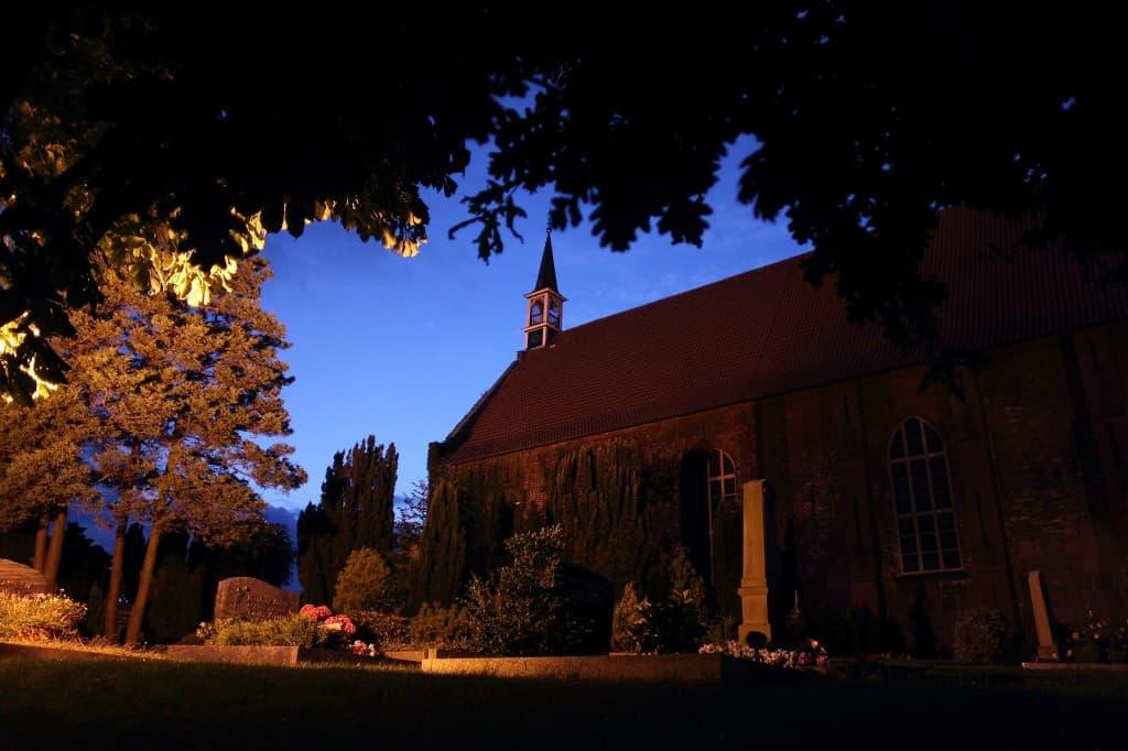 Ev.-luth. St.-Georgs-Kirche Sengwarden bei Nacht, Foto: Karlheinz Krämer