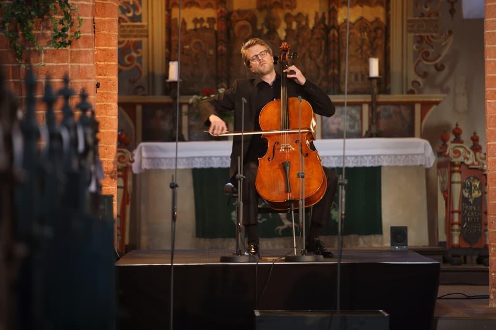 Julian Steckel beim Gezeitenkonzert in Buttforde, Foto: Karlheinz Krämer