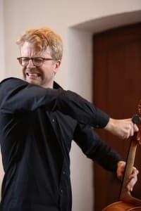 Julian Steckel zieht neue Saiten auf, Foto: Karlheinz Krämer