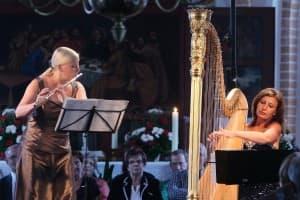 Christina Fassbender (Flöte) und Jana Bousková (Harfe) bei ihrem Gezeitenkonzert in Völlen, Foto: Karlheinz Krämer