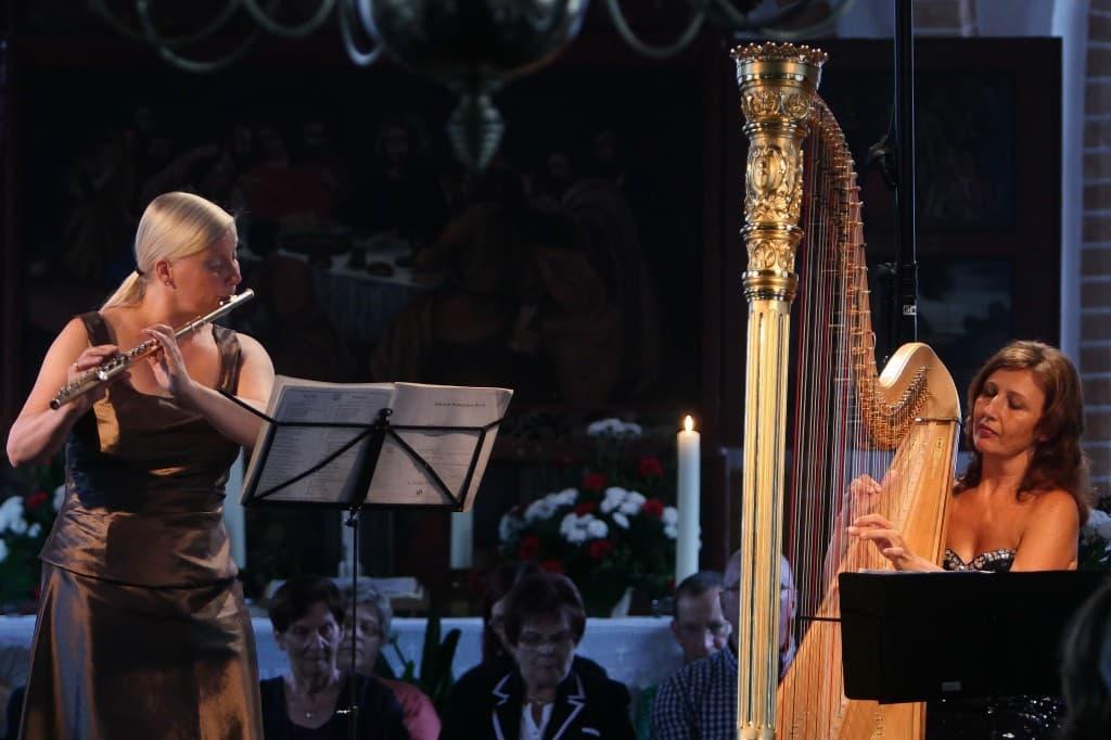 Christina Fassbender (Flöte) und Jana Bousková (Harfe) beim Gezeitenkonzert in Völlen, Foto: Karlheinz Krämer