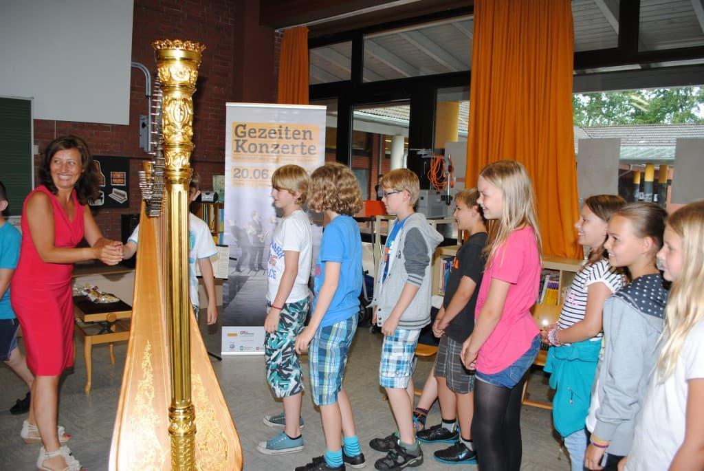 Jana Bousková erklärt ihr Instrument und lässt die Kinder ausprobieren, Foto: Reinhard Former