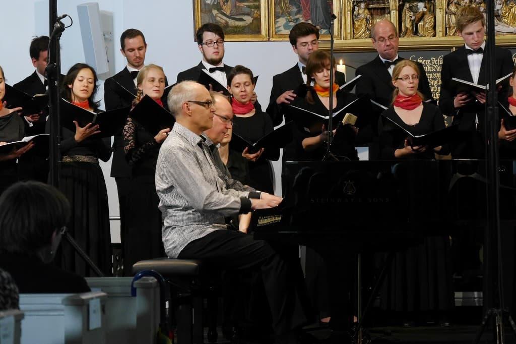 Hans-Peter und Volker Stenzl zusammen mit den Vocalisti Rostochienses, Foto: Karlheinz Krämer