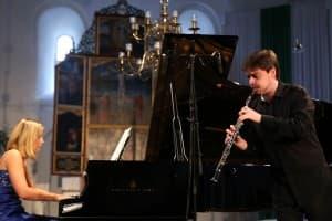 Annika Treutler (Klavier) und Ramón Ortega Quero bei ihrem Gezeitenkonzert in Ochtersum, Foto: Gonda van Ellen