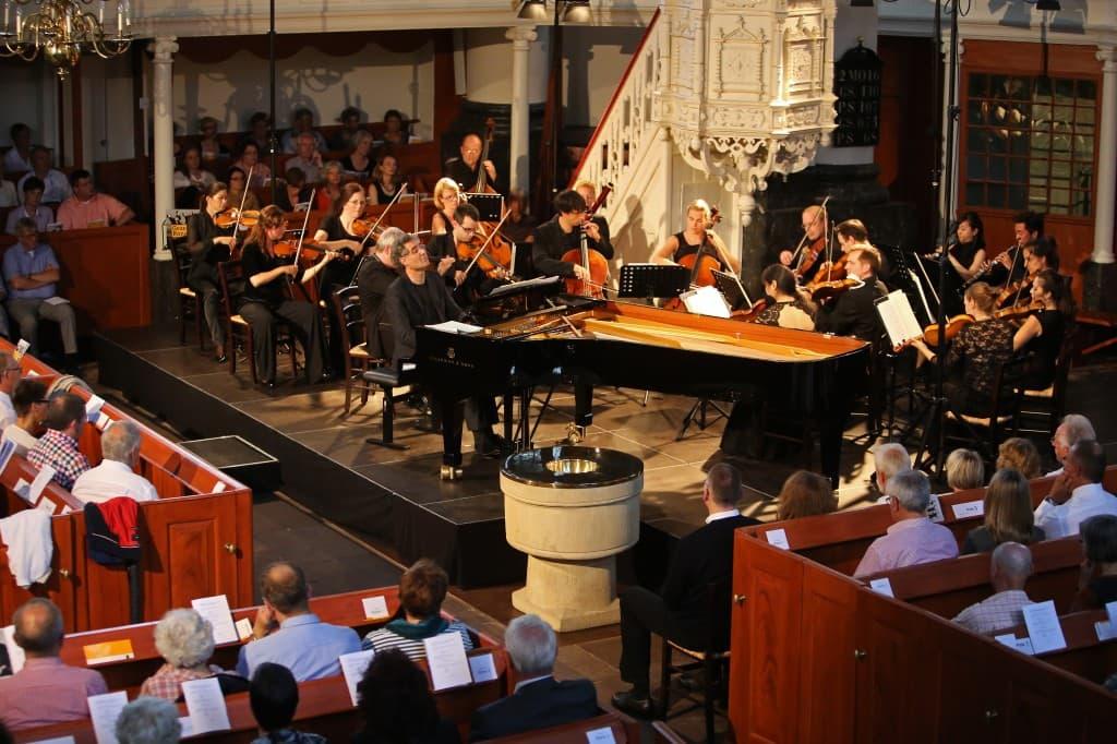 Die Deutsche Kammerakademie Neuss unter Lavard Skou Larsen mit Matthias Kirschnereit als Solist, Foto: Gonda van Ellen