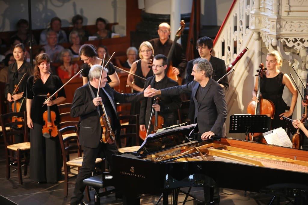 Glückliche Gesichter nach einem fulminanten Händel: Die Deutsche Kammerakademie Neuss mit Lavard Skou Larsen (links vorne) und Matthias Kirschnereit (rechts vorne), Foto: Gonda van Ellen