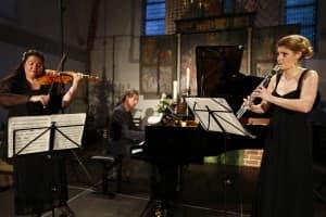 Latica Honda-Rosenberg (Violine), Matthias Kirschnereit (Klavier) und Nicola Jürgensen (Klarinette) beim Gezeitenkonzert in Remels, Foto: Karlheinz Krämer