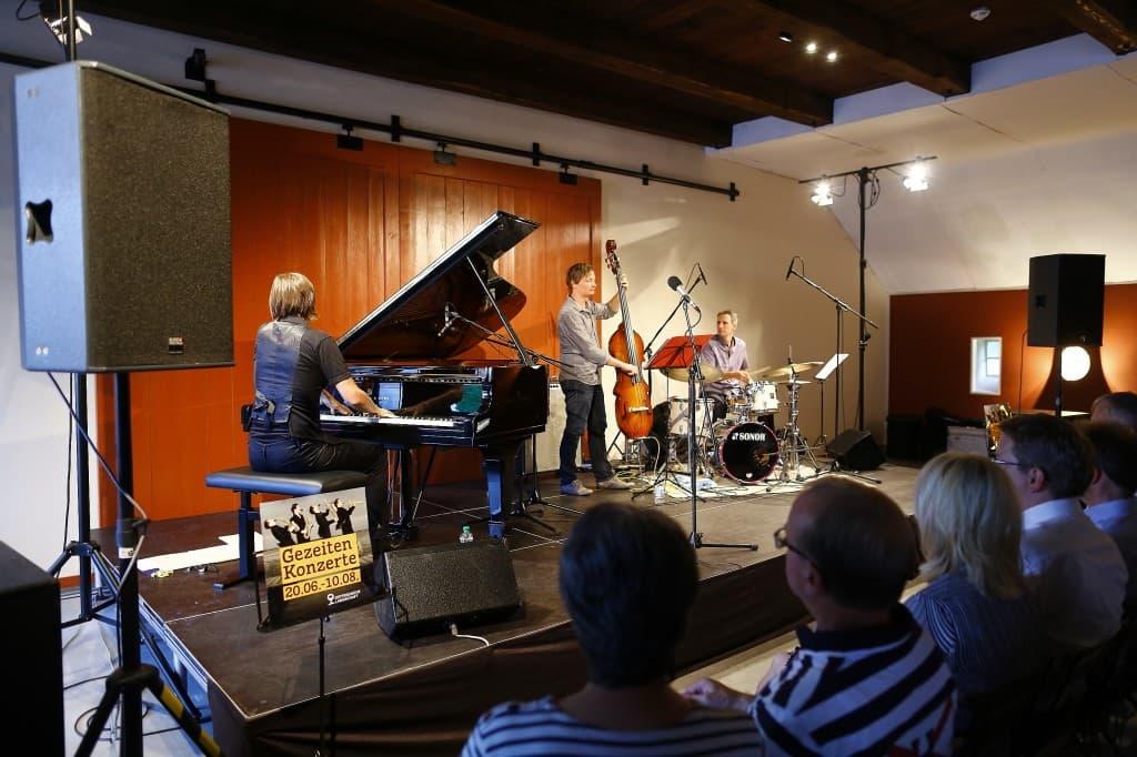 Das Maria Baptist Trio beim Gezeitenkonzert in der Kulturscheune von Schloss Lütetsburg, Foto: Karlheinz Krämer