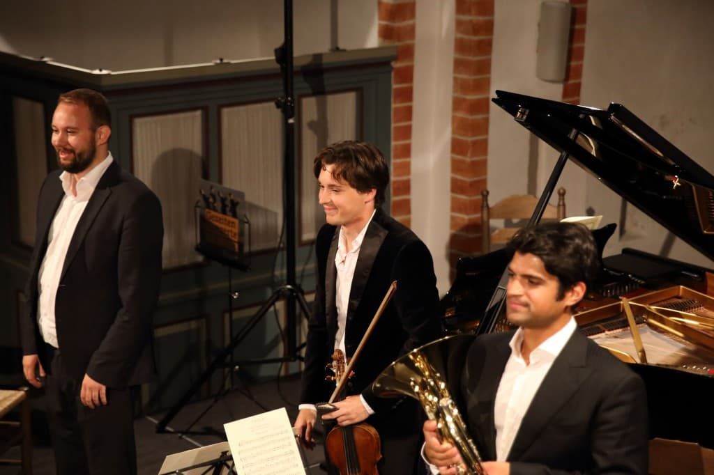 Johann Blanchard (Klavier), Sven Stucke (Violine) und Paolo Mendes (Horn) genießen den verdienten Applaus, Foto: Gonda van Ellen