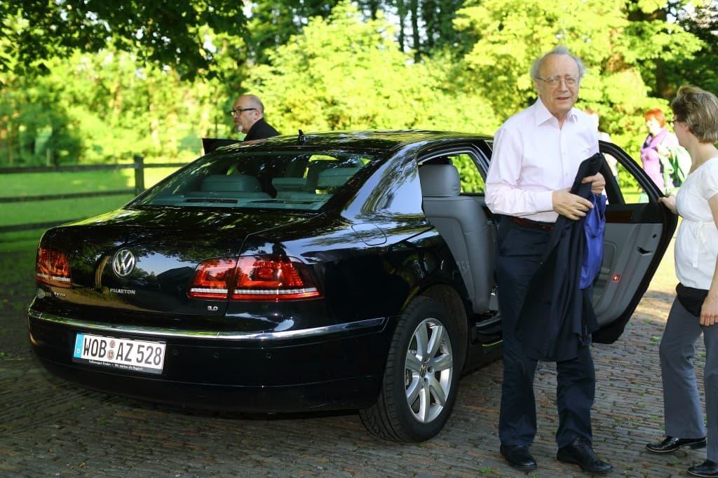 Alfred Brendel wird von Berit Sohn zur Probe begrüßt - im Hintergrund: Fahrdienstleiter Uwe Pape, Foto: Karlheinz Krämer