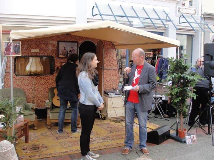 Die Wohnzimmerbühne von Musikland Niedersachsen macht Station in Aurich. Wiebke Schoon im Gespräch zum Thema Hausmusik mit Markus Lüdke, Foto: Uwe Pape