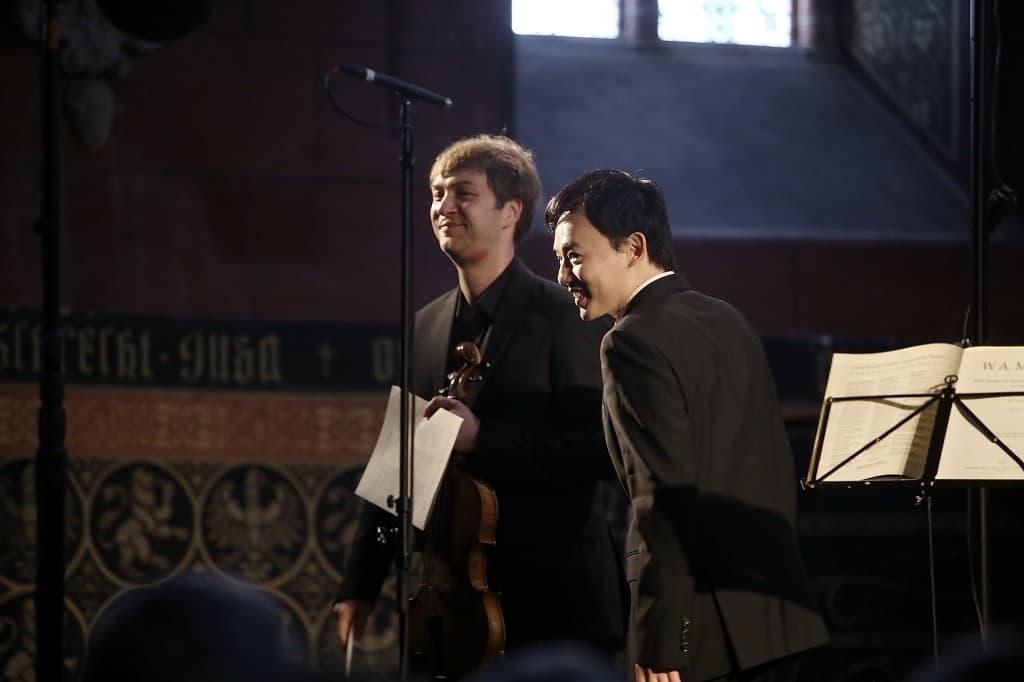 Zufriedene Künstler genießen ihren verdienten Schluss-Applaus: Nils Mönkemeyer und William Youn, Foto: Karlheinz Krämer