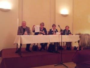 Beate Friemann, erste Vorsitzende, mit der Urkunde für das neue Ehrenmitglied Barbara Oles