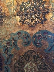 Goldlederne Tapete in der Osterburg Groothusen, Foto: Amadeus Templeton