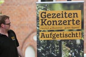Ein prüfender Blick von Gert Ufkes: Das Banner steht! Foto: Karlheinz Krämer