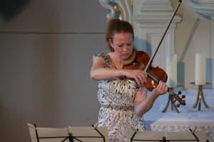 Konzentration bis zum Anschlag: Carolin Widmann in der Deichkirche Carolinensiel