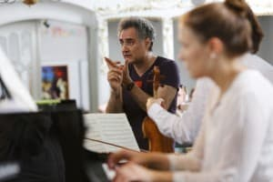 """""""Könnt Ihr bitte diese Stelle noch einmal spielen?"""", fragt Matthias Kirschnereit bei der Probe, Foto: Karlheinz Krämer"""