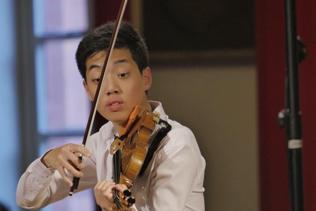 """""""Fu kam überraschend."""", war in den Ostfriesischen Nachrichten zu lesen: Leonard Fu (Violine), Foto: Karlheinz Krämer"""