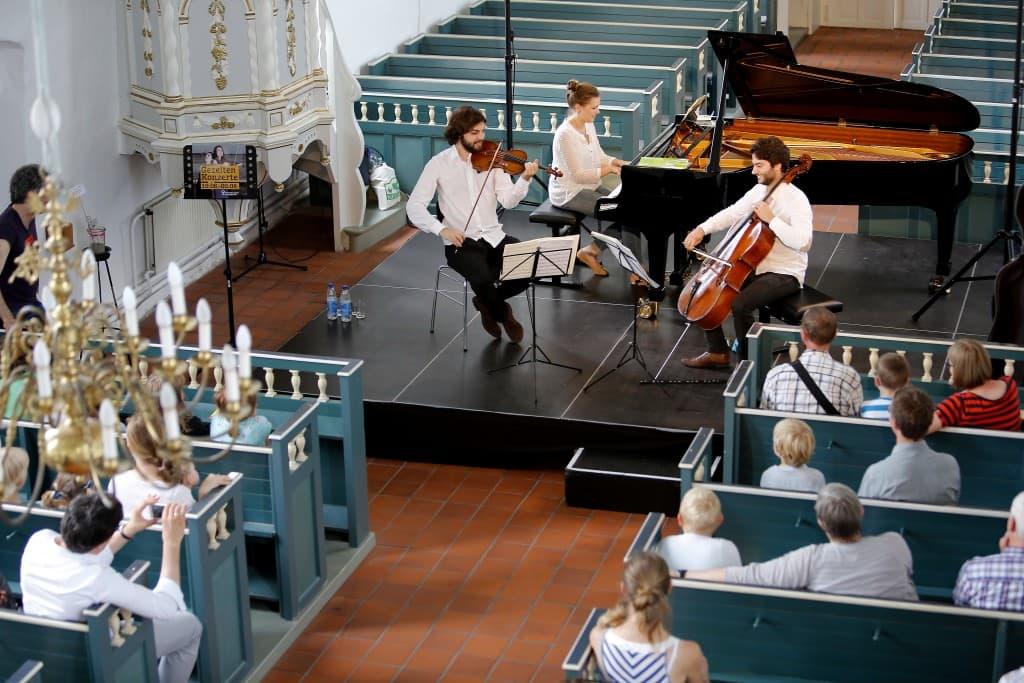 Und zum Abschluss das fertige Konzert in der Kirche mit Philipp Wollhein, Verena Metzger und Raphael Paratore, Foto: Karlheinz Krämer