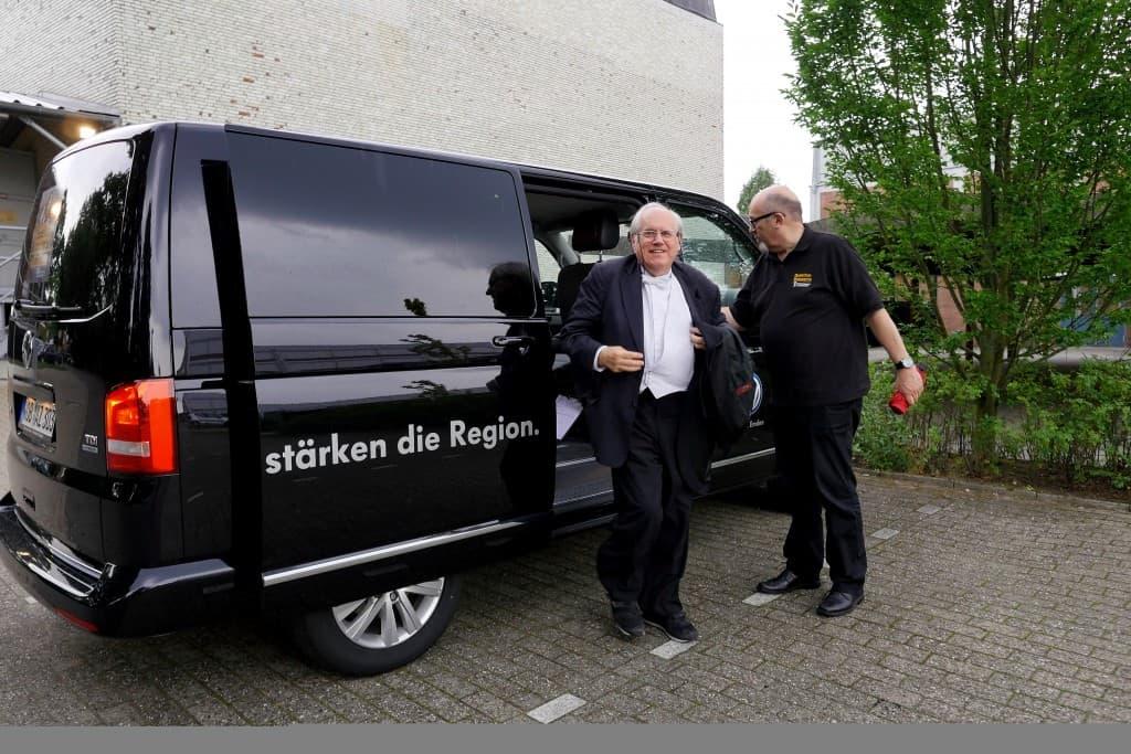 Ankunft von Grigory Sokolov mit dem VIP-Bulli beim Theater an der Blinke in Leer - chauffiert von Uwe Pape, Foto: Karlheinz Krämer