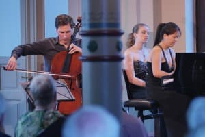 Wassily Gerassimez (Cello) und Hanni Liang (Klavier) - im Hintergrund: Elisabeth Brauß, die für die Kollegin spontan die Noten wendet; Foto: Karlheinz Krämer