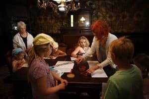 Karoline Schulz zeigt den Kindern, wie man eigentlich komponiert, Foto: Karlheinz Krämer
