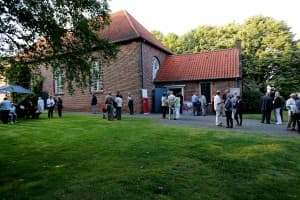 Kirche Bargebur mit Publikum vor Beginn des Gezeitenkonzertes, Foto: Karlheinz Krämer