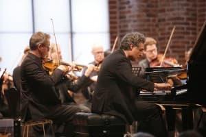 Matthias Kirschnereit spielt Mendelssohn mit dem Münchener Kammerorchester (vorne: Daniel Giglberger, Konzertmeister), Foto: Karlheinz Krämer