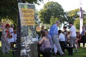 Entspanntes Flanieren im Garten vor Beginn des Schlusskonzertes, Foto: Karlheinz Krämer