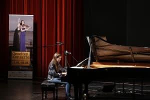 Verena Metzger bei ihrem TONALi-Schulkonzert 2015, Foto: Karlheinz Krämer