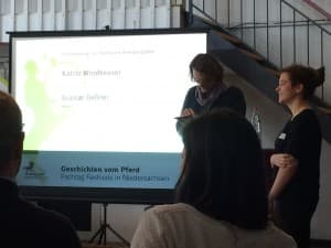 Zur Einstimmung liest Gunnar Geßner eine Ode an Oldenburg. Neben ihm steht Katrin Windheuser, bereit zur Übernahme.