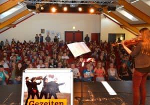 Johanna Ruppert in der Aula der IGS Marienhafe, Foto: Reinhard Former