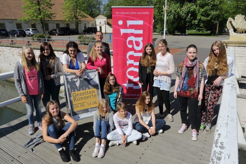 Das Schülermanager-Team um Hauke Piper von der Realschule Dornum mit Patenmusikerin Kiveli Dörken, Foto: Karlheinz Krämer