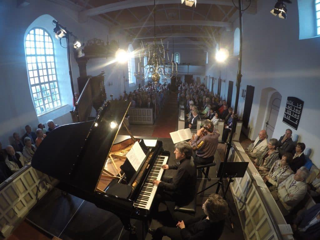 Beseeltes Publikum in der Ditzumer Kirche bei Beethovens Cello-Sonaten I, Foto: Karlheinz Krämer