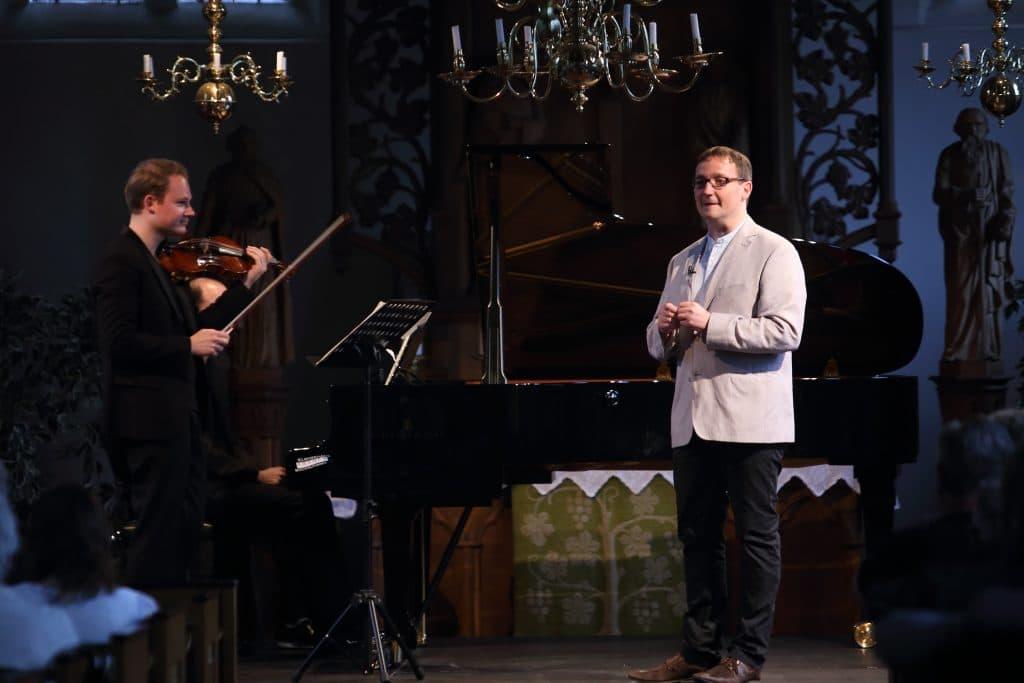 Oliver Wille als charmanter Moderator, Foto: Karlheinz Krämer
