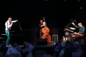 Martin Tingvall (Klavier und Moderation), Omar Rodriguez Calvo (Bass) und Jürgen Spiegel (Schlagzeug und Perkussion)