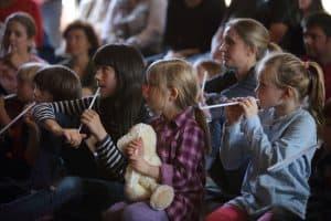 Aufmerksame Zuhörer beim Familienprogramm im Forum, Foto: Karlheinz Krämer
