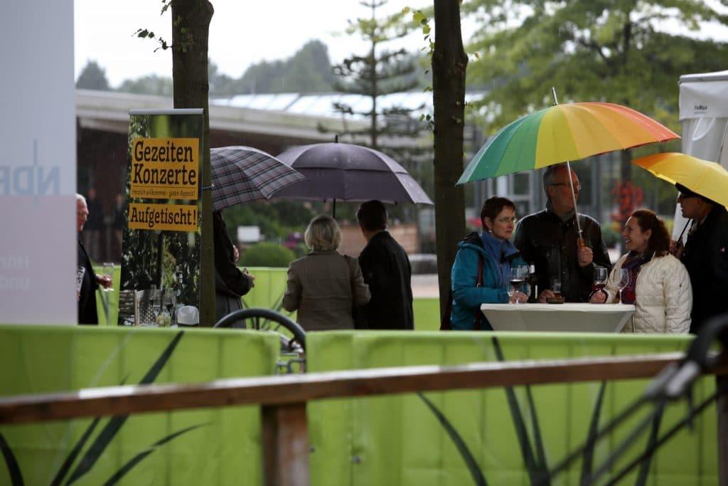 Schirme dominierten das Geschehen abseits des Zeltes im Park der Gärten, Foto: Karlheinz Krämer