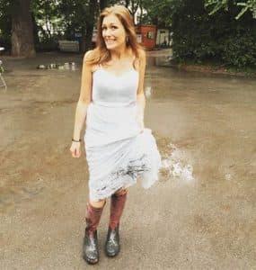 Verena Metzger im dreckigen Kleid mit den Gummistiefeln aus dem Alten Kurhaus