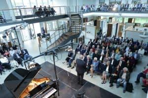 Meenke Pollmann bei der Begrüßung zum vorletzten Gezeitenkonzert