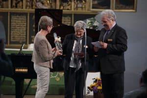 Ehrung von Therese Englert, dem 400. Freundeskreismitglied, durch Beate Friemann und Rico Mecklenburg