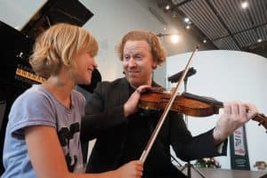 Daniel Hope zeigt Kind Geigenspiel
